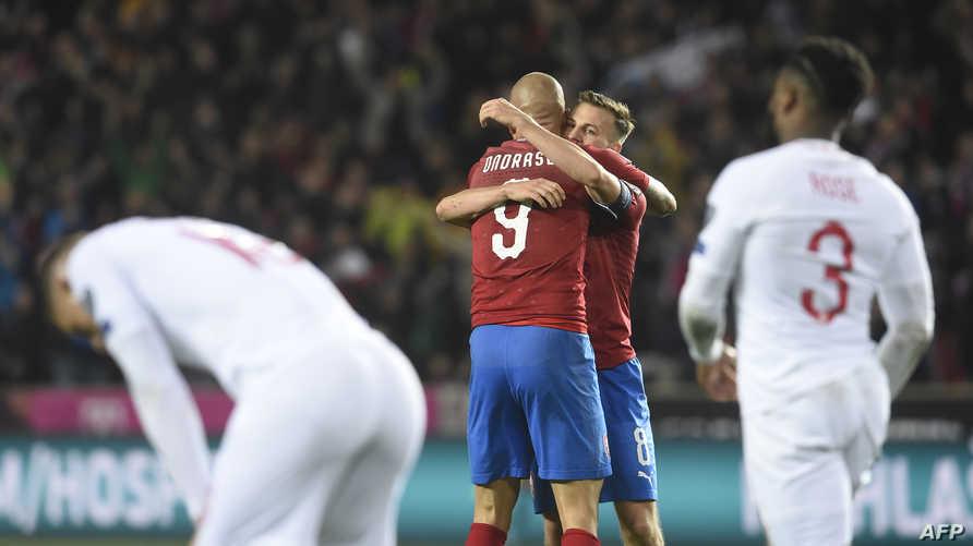 لاعبو المنتخب التشيكي يحتفلون بتسجيل الهدف الثاني