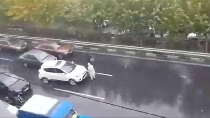 لقطة من فيديو تظهر فيه امرأة إيرانية وهي تقطع الطريق وحدها