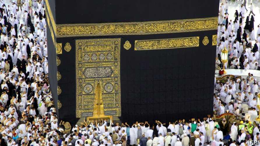 يطوف المسلمون من جميع أنحاء العالم حول الكعبة في المسجد الحرام في مكة المكرمة/ وكالة الصحافة الفرنسية