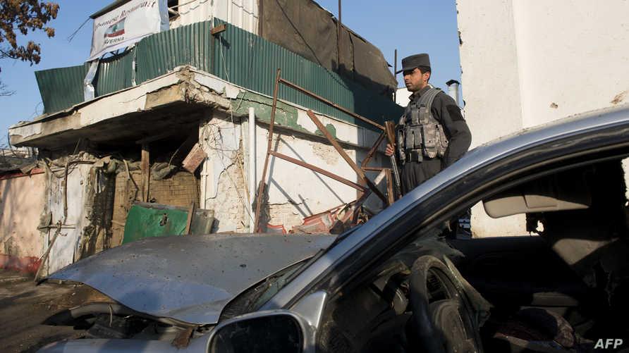 أحد أفراد الشرطة الأفغانية في موقع العملية الانتحارية التي نفذتها طالبان