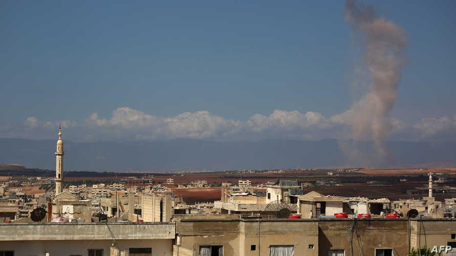 دخان يتصاعد جراء قصف على قرية كفر عين التابعة لمحافظة إدلب