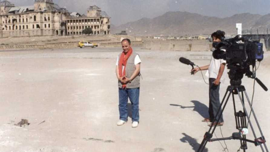 الزميل رابح فيلال خلال تغطية  اول انتخابات رئاسية تعددية في أفغانستان