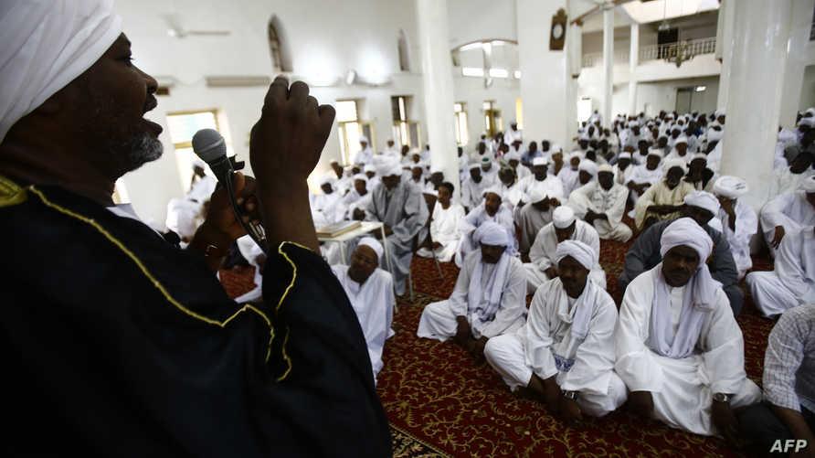 تبدت أبرز تجليات العلاقة العكسية بين التديُّن المُصطنع والأخلاق في ظاهرة امتلاء المساجد بالمصلين