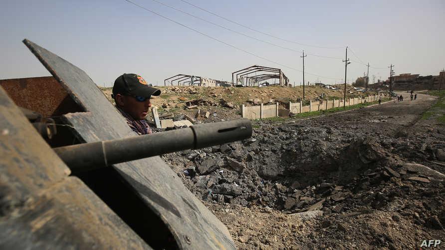 جندي عراقي في حي نابلس الأحد خلال العمليات العسكرية لاستكمال السيطرة على الجانب الأيمن من الموصل