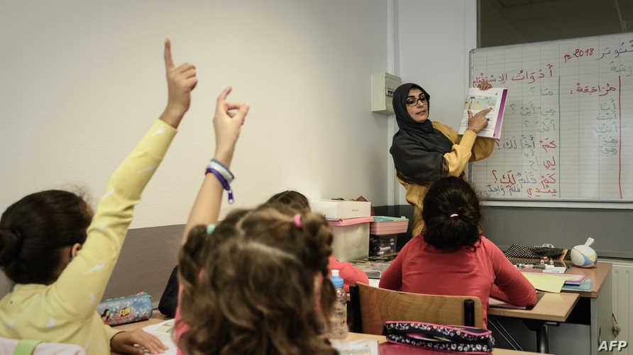 يدرسون اللغة العربية في مدرسة في باريس