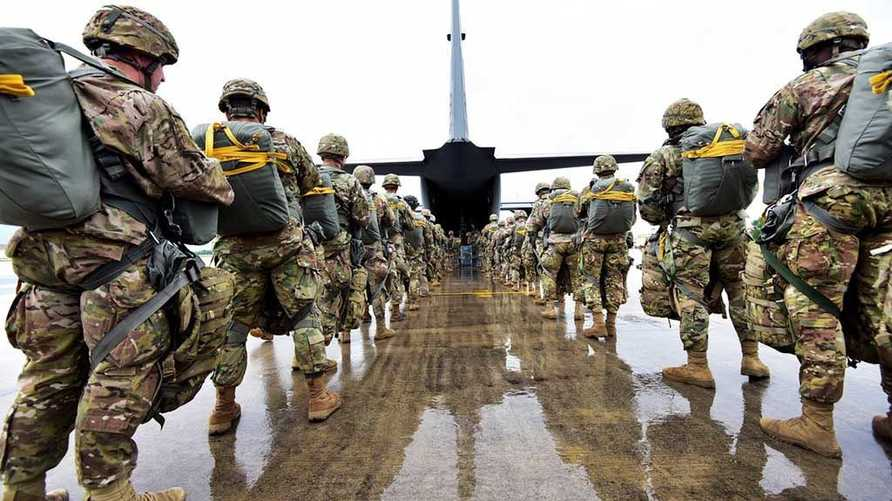 جنود أميركيون في أفغانستان في طريقهم لركوب طائرة عسكرية