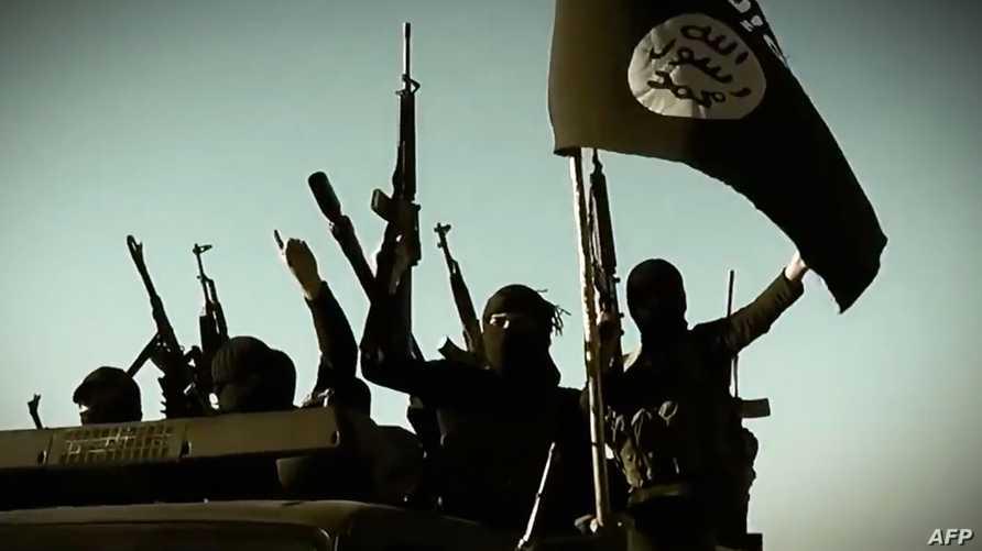 مسلحو داعش يرفعون علمهم في الأنبار العراقية