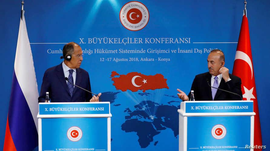 وزير الخارجية التركي مولود أوغلو ونظيره الروسي سيرجي لافروف