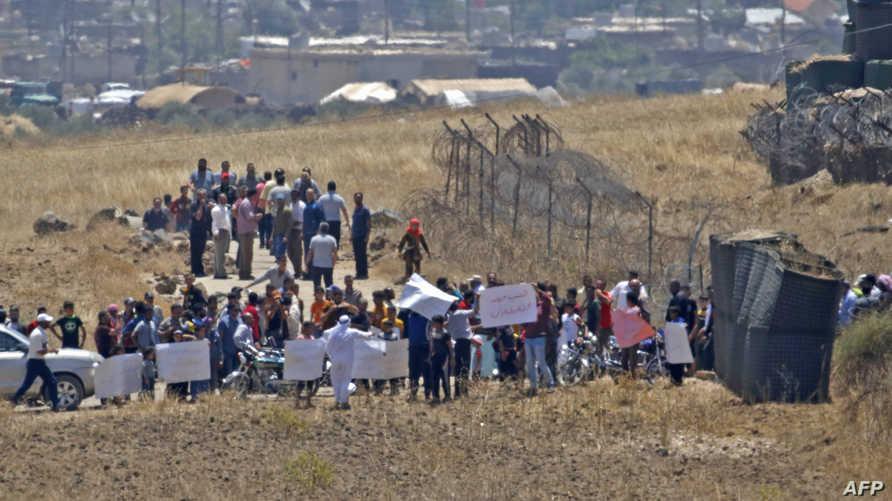 لاجئون سوريون عند الحدود السورية ـ الإسرائيلية يطالبون بالممرات الإنسانية