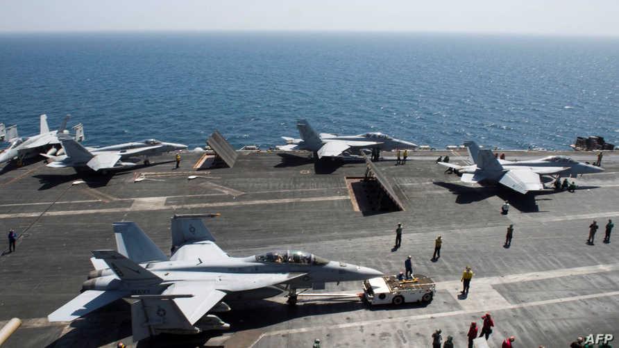 مقاتلات أميركية على متن حاملة الطائرات USS ثيودور روزفلت، قبل انطلاقها في عمليات تستهدف مواقع داعش