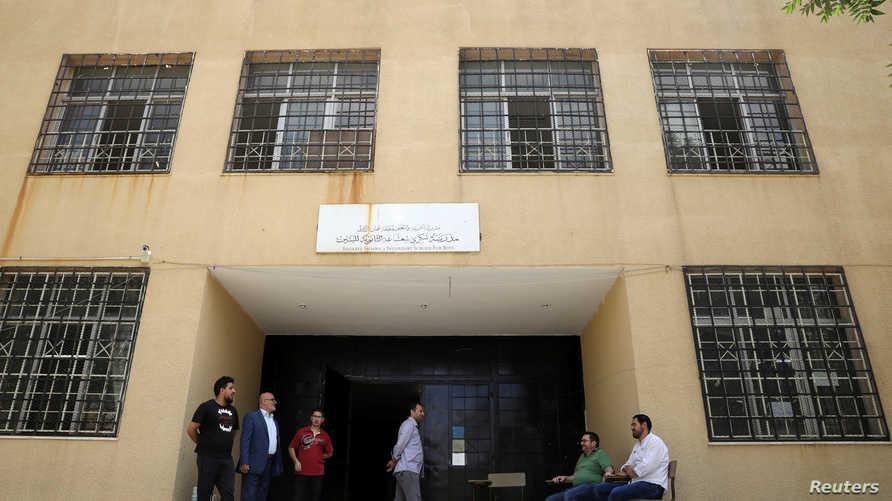 معلمون يجلسون أمام إحدى المدارس الحكومية في الأردن خلال مشاركتهم في إضراب عام في 8 سبتمبر 2019