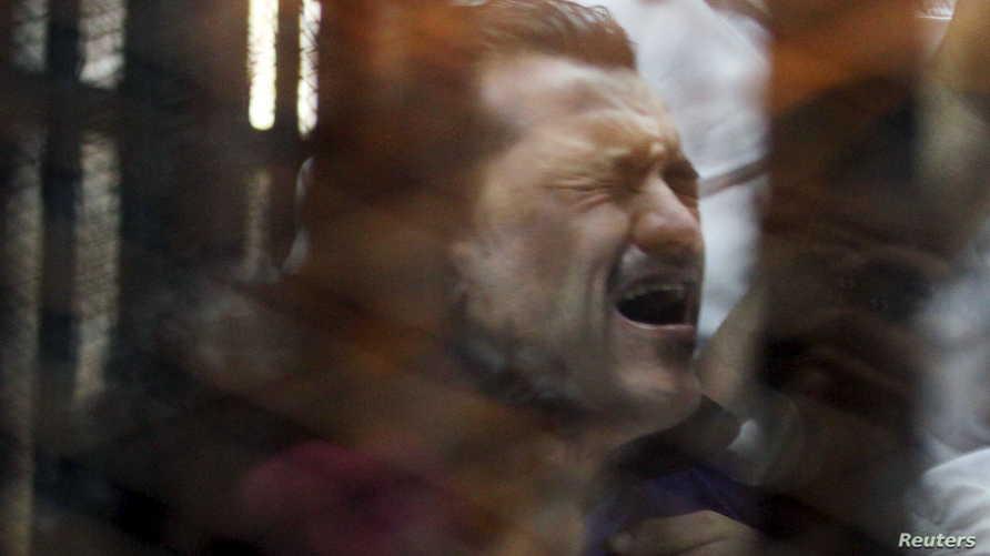 """ردة فعل أحد المتهمين بقضية """"مجزرة بورسعيد"""" بعد سماعه عبارة """"تحال أوراق المتهم إلى فضيلة المفتي"""""""