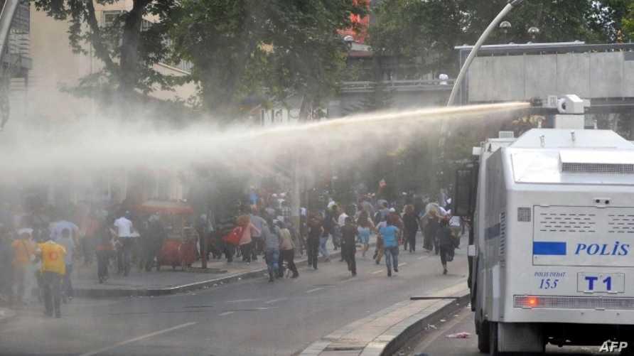 الشرطة تستخدم خراطيم المياه لتفريق متظاهرين في أنقرة الأربعاء