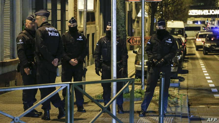 أفراد من الشرطة  خلال حملة تفتيش عن متهمين بالإرهاب في مولنبيك ببروكسل الأربعاء