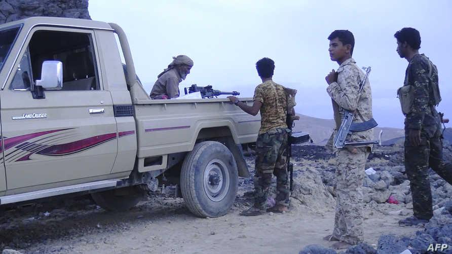 مسلحون مؤيدون للرئيس عبد ربه منصور هادي خلال مواجهات مع الحوثيين في تعز