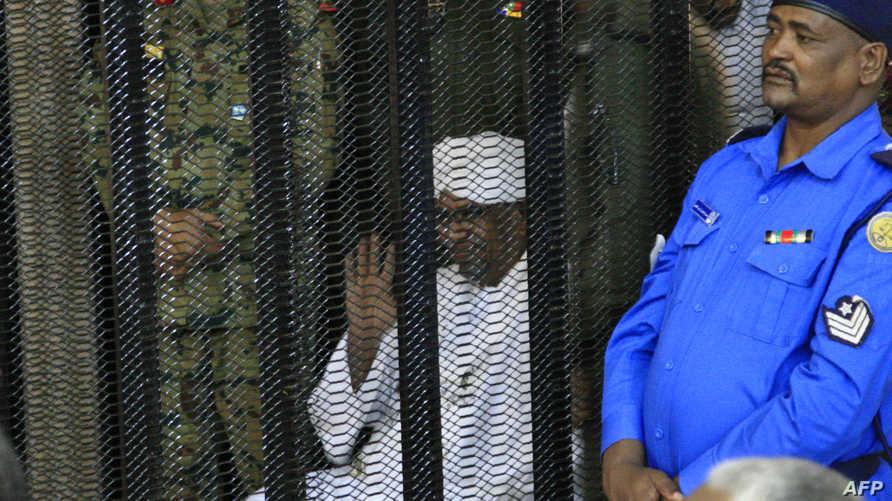 الرئيس السوداني المعزول عمر البشير أثناء المحاكمة