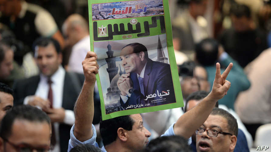 أحد مؤيدي السيسي محتفلا بإعلان فوزه (أ ف ب)