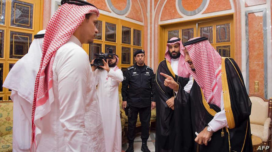 العاهل السعودي الملك سلمان وولي عهده يعزيان أبناء خاشقجي صلاح وصالح. أرشيفية