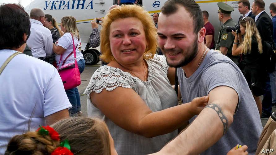جانب من استقبال الأوكرانيين الذين أفرجت عنهم روسيا في إطار صفقة لتبادل الأسرى