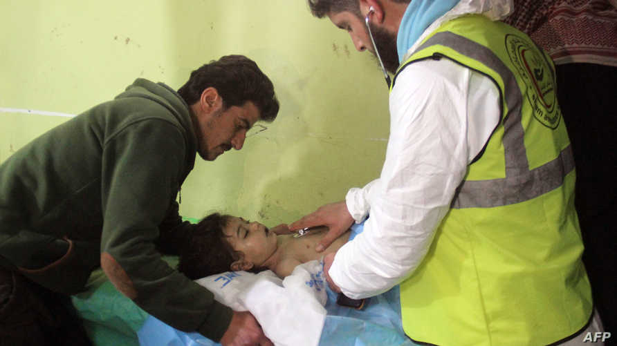 طفل يتلقى العلاج في مستشفى خان شيخون