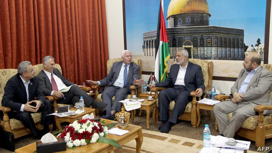 أعضاء في وفدي المصالحة في مكتب رئيس وزراء حكومة حماس