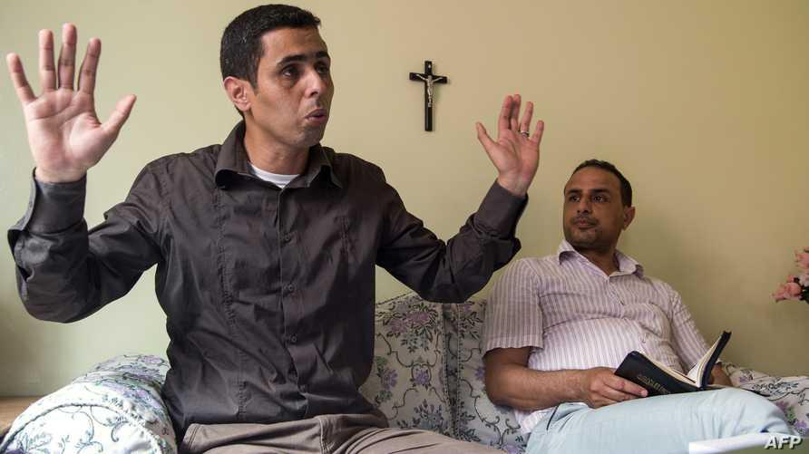 رشيد (يسار) ومصطفى، مغربيان اعتنقا المسيحية