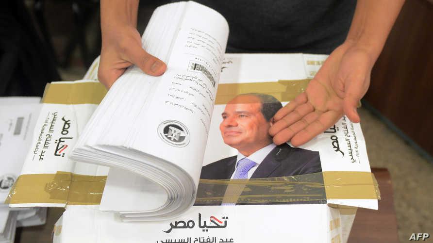 تواجه السلطات المصرية تحدي دفع المواطنين للتصويت في انتخابات يرونها شكلية (أ ف ب)