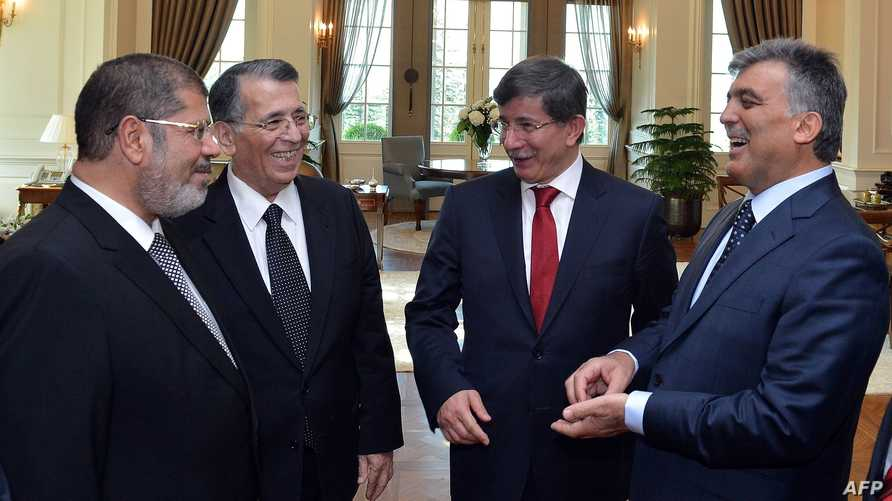 الرئيس المصري المعزول محمد مرسي (يسار) خلال مباحثات مع نظيره التركي آنذاك عبد الله غول في أنقرة- أرشيف
