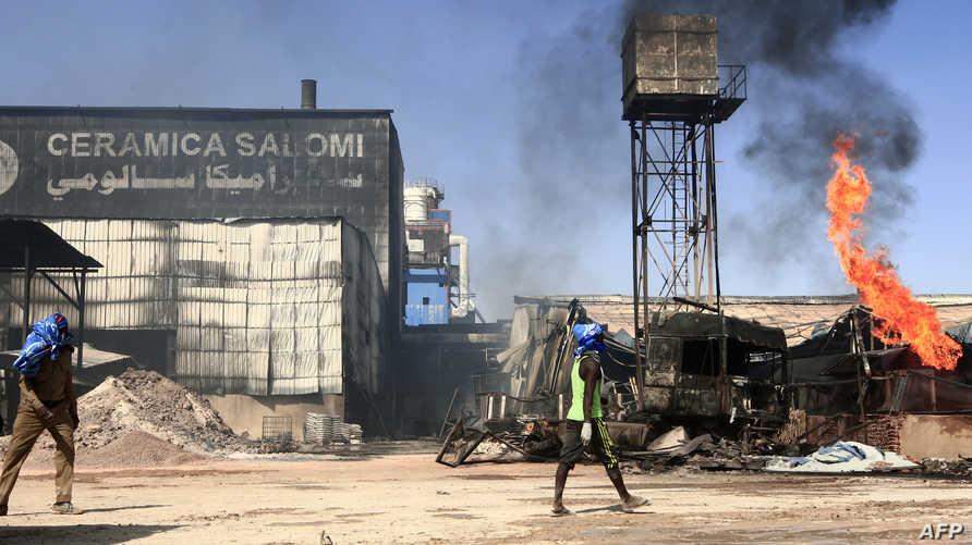 جانب من بؤر الحريق التي تندلع بين الحين والآخر بعد محاولات لإخماد الحريق الرئيسي استمرت لأكثر من ساعتين في المنطقة الصناعية
