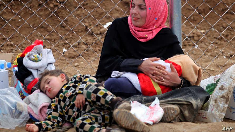 أم مع أطفالها في مركز حمام العليل للنازحين