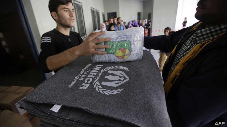 لاجئون سوريون يتلقون مساعدات في لبنان