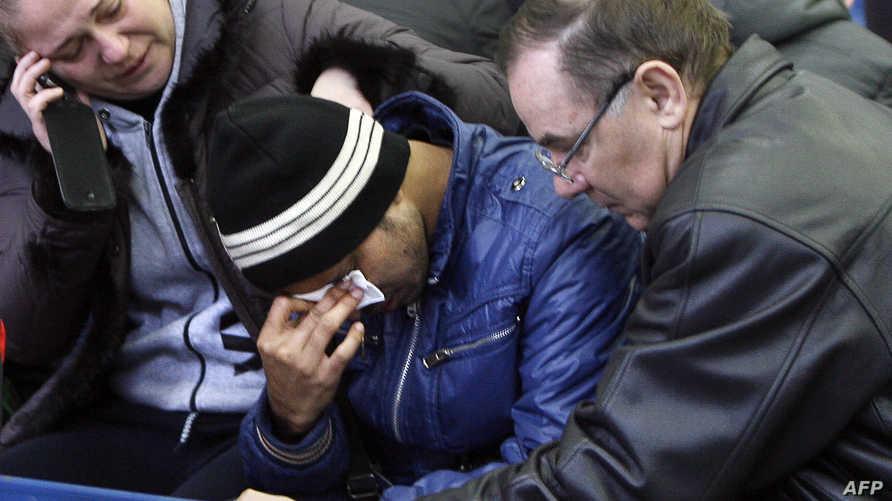 أقارب يبكون ضحايا الطائرة
