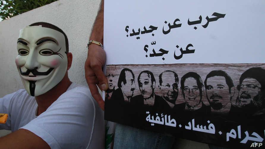 متظاهر في بيروت خلال يرفض تكرار تجربة الحرب الأهلية عقب اشتباكات ذات طابع مذهبي عام 2012