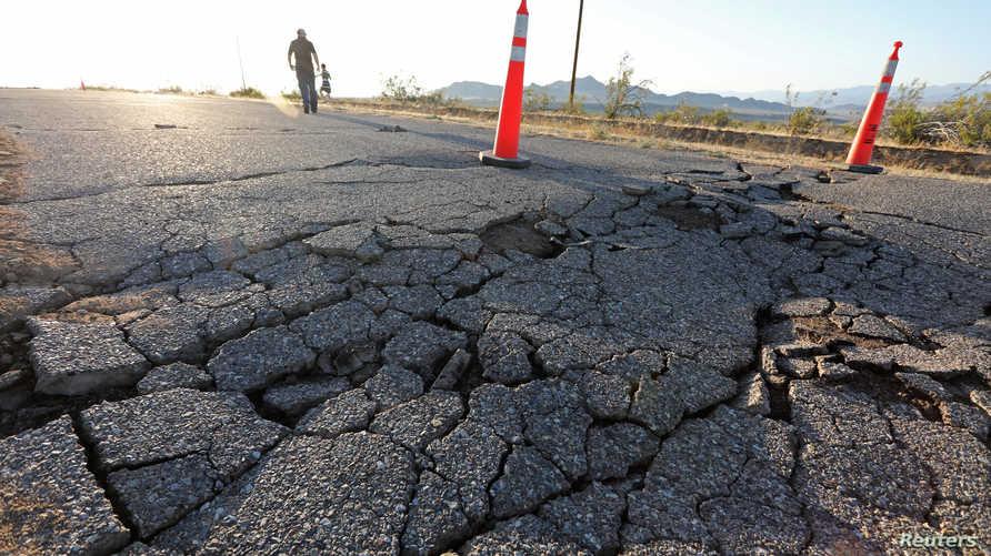 أثر الزالزال الذي ضرب جنوبي كاليفورنيا الخميس والذي تبعه زلزال أقوى الجمعة