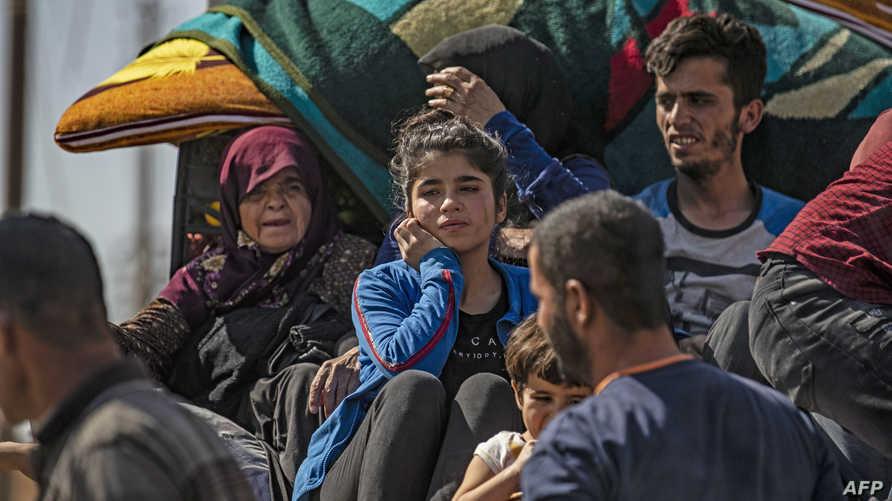 سوريون عرب وكرد ينزحون إلى الحسكة هربا من الهجوم التركي