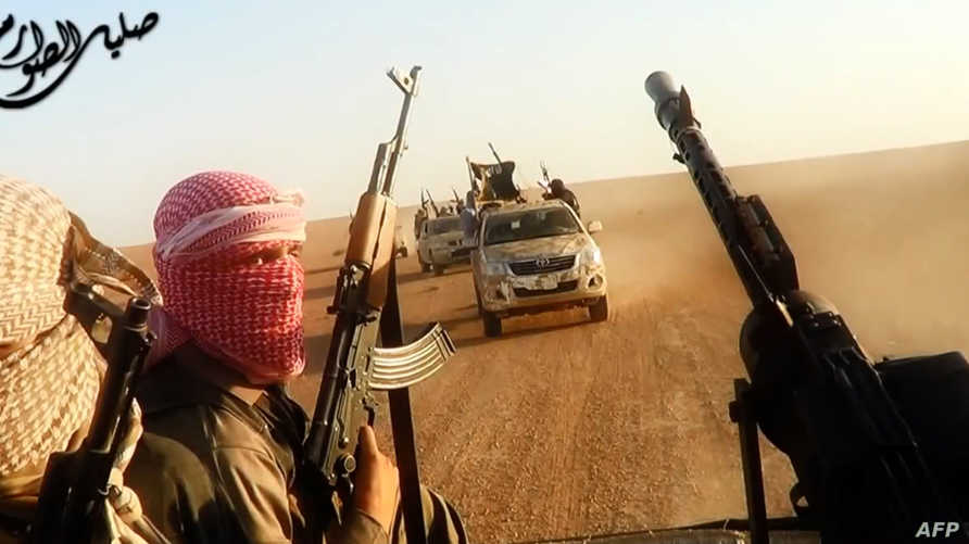 صورة ملتقطة من فيديو نشرته داعش لمسلحين ينتمون إلى تنظيم الدولة الإسلامية