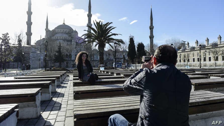 سائحان عند المسجد الأزرق في إسطنبول