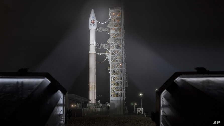 صورة من ناسا تظهر صاروخا من نوع أطلس 5 مع مسبار إنسايت