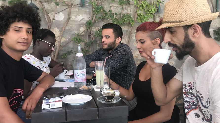 شباب لا يصومون داخل مقهى يفتح أبوابه نهار رمضان بالعاصمة التونسية