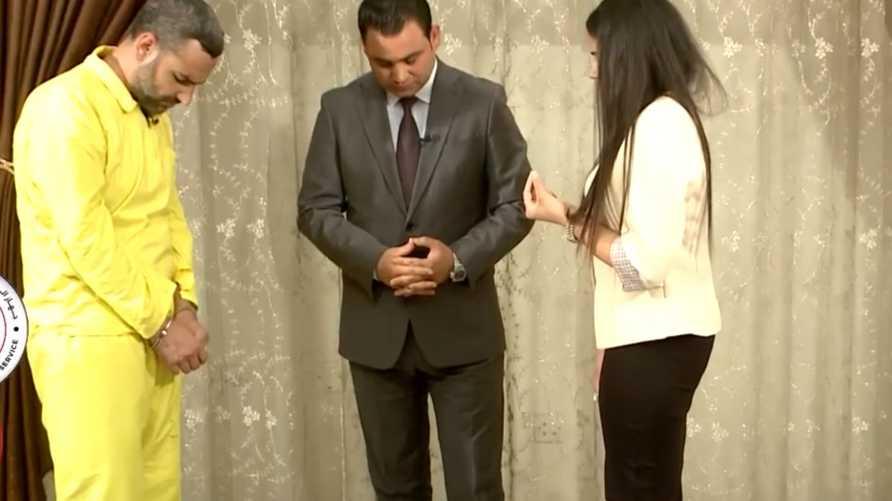لقطة من فيديو أشواق وهي تواجه مغتصبها الداعشي القيادي السابق بالتنظيم أبو همام الشرعي