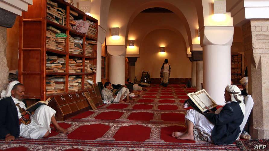 يمنيون يقرأون القرآن خلال شهر رمضان (أرشيف)