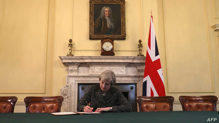 تيريزا ماي توقع رسالة الخروج من الاتحاد الأوروبي