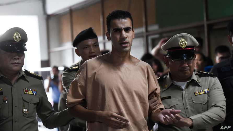 الاعب كرة القدم البحريني اللاجئ في أستراليا حكيم العريبي يصل إلى المحكمة في تايلاند