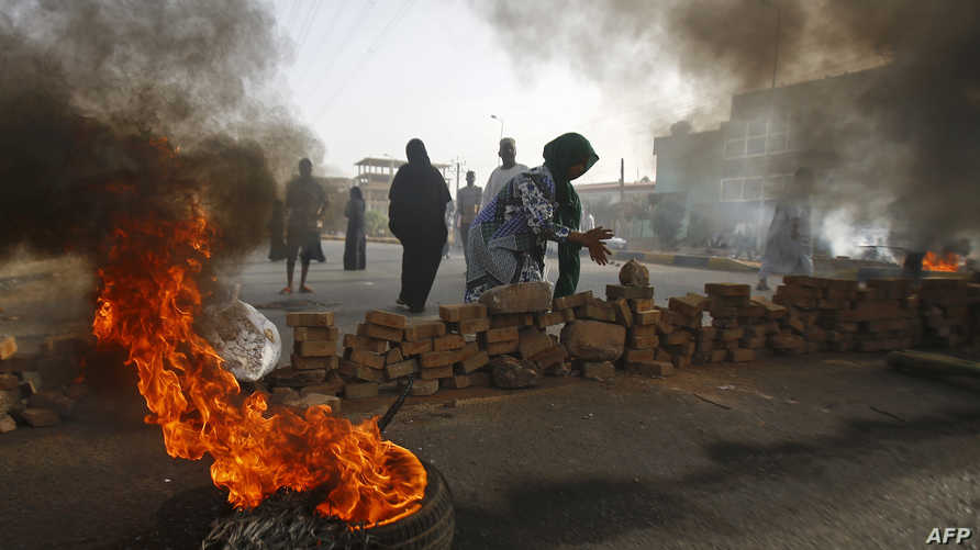 متظاهرون سودانيون يغلقون أحد الشوارع بعد فض الاعتصام