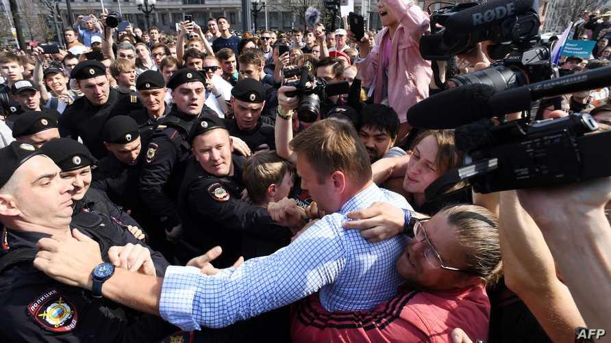 الشرطة الروسية تعتقل المعارض أليكسي نافالني خلال مشاركته في تظاهرة مناهضة لبوتين السبت في موسكو