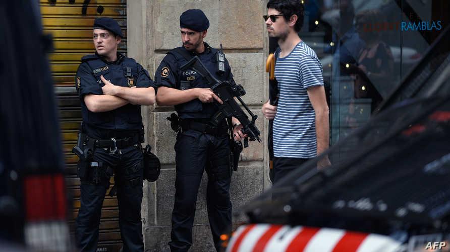 عنصران من الشرطة في أحد شوارع كاتالونيا