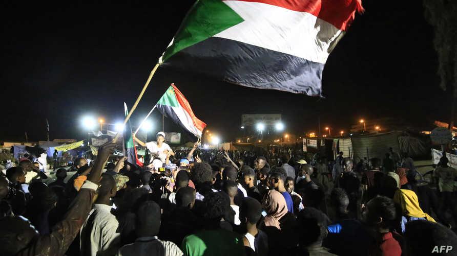 معتصمون أمام مقر الجيش وسط الخرطوم