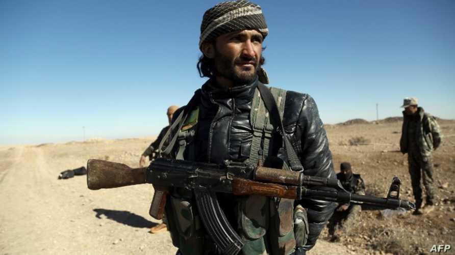 أحد مقاتلي قوات سورية الديموقراطية بالقرب من مدينة الرقة