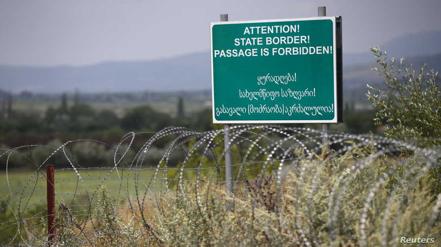 إشارة للتحذير خلف سياج أقامته قوات روسيا وأوسيتيا  على الحدود التي فرضت على جورجيا عند قرية كورفاليتي الجورجية، إثر إعلان أوسيتيا الجنوبية انفصالها (الصورة تعود لعام 2015)