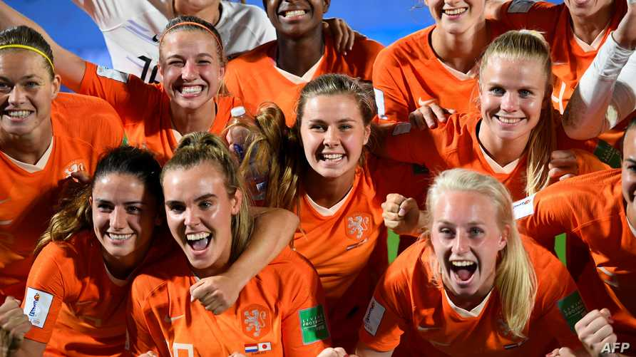 لاعبات المنتخب الهولندي يحتفلن بعد الفوز على المنتخب الياباني